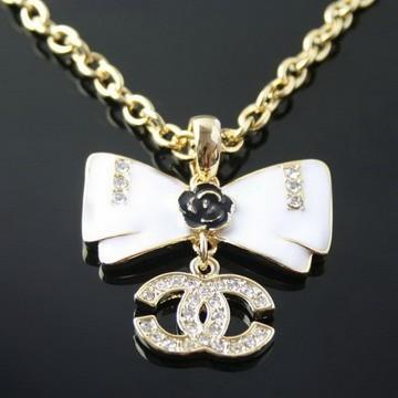 collana-chanel-modello-con-fiocco-e-logo-pendente